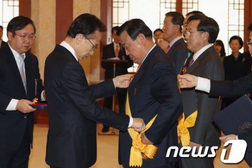 [사진]李 대통령, 이희범 경총회장 훈장 수여
