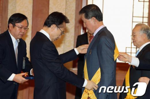 [사진]李 대통령, 허창수 전경련 회장 훈장 수여