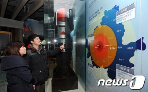 [사진]핵폭발 피해 예상도 바라보는 관람객