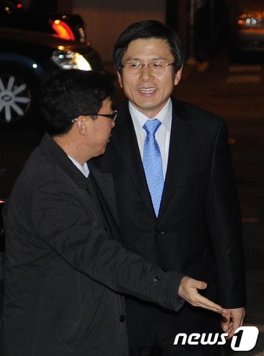 [사진]자택으로 들어가는 황교안 법무부 장관 내정자