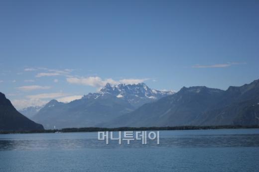 ↑ 몽트뢰에서 바라본 레만호의 풍경. 멀리 알프스와 함께 정말 한폭의 그림 같다. ⓒ 송원진<br />