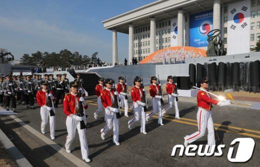 제18대 박근혜 대통령 취임식을 하루 앞둔 24일 오전 서울 여의도 국회의사당에서 열린 취임식 리허설에서 국방부 의장대가 예행연습을 하고 있다. 2013.2.24/뉴스1  News1 양동욱 기자