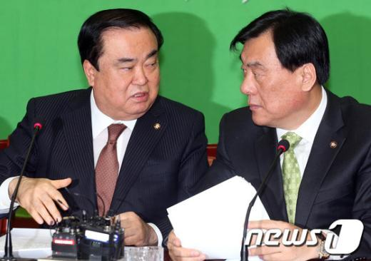 [사진]민주당 지도부 대화