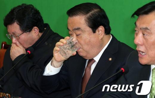 [사진]목마른 문희상 비대위원장