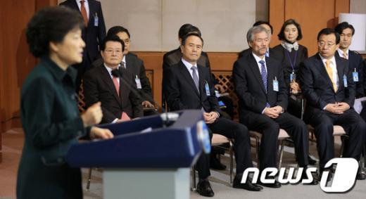 [사진]朴대통령 바라보는 청와대 참모진