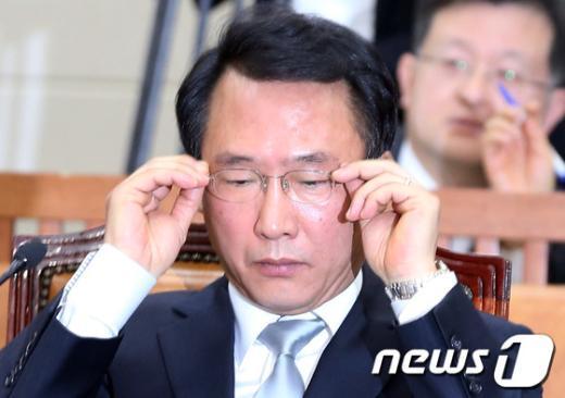 [사진]안경 고쳐쓰는 방하남 후보자
