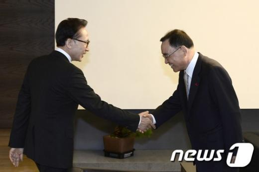 [사진]정홍원 총리, 이명박 전 대통령 예방