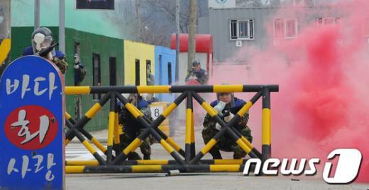 [사진]시가지전투 펼치는 예비군들