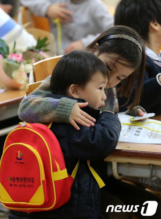 [사진]입학식장에 따라 온 동생