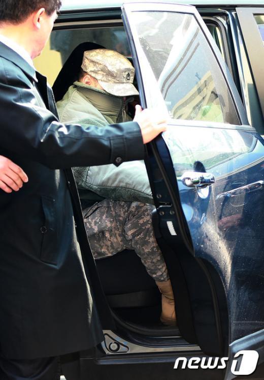 주한미군 L하사가 4일 얼굴을 가린 채 서울 용산경찰서에 출석하고 있다.  News1 오대일 기자