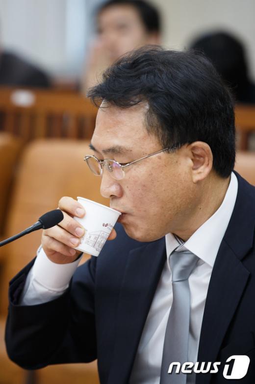 [사진]물 마시는 방하남 노동부 장관 후보자