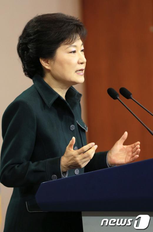 박근혜 대통령이 4일 오전 청와대 춘추관에서 취임 후 첫 대국민담화를 발표하고 있다.