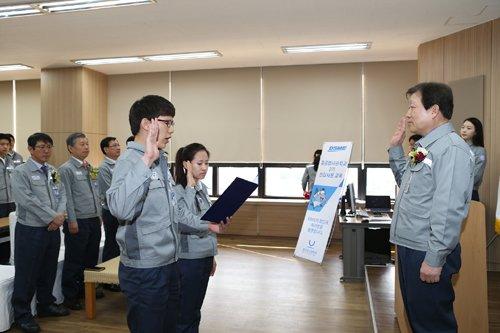 4일 대우조선해양 거제도 옥포조선소 중공업사관학교에서 열린 입학식에서 남녀 학생 대표가 입학 선서를 하고 있다.