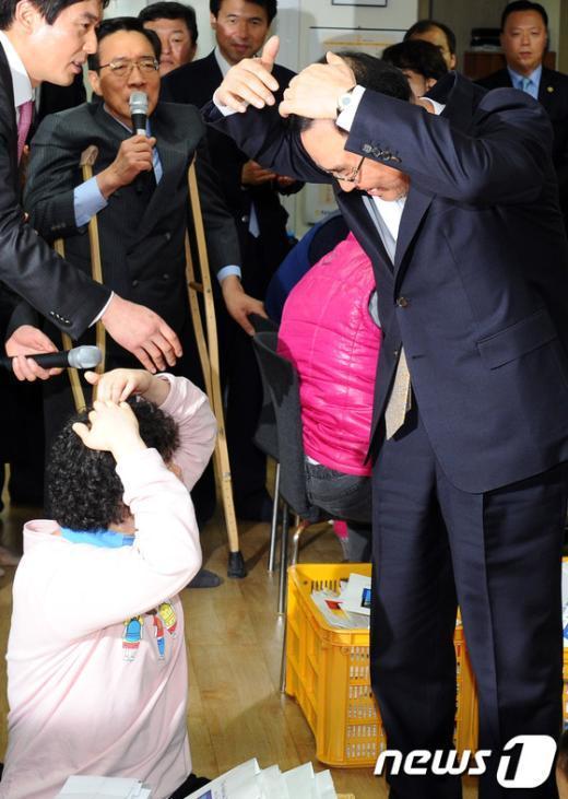 """[사진]총리의 """"하트 인사"""""""