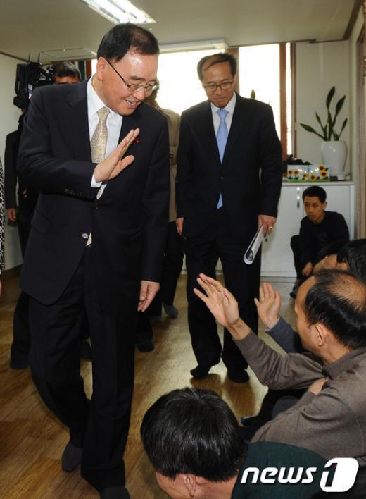 [사진] 인사 나누는 정홍원 총리