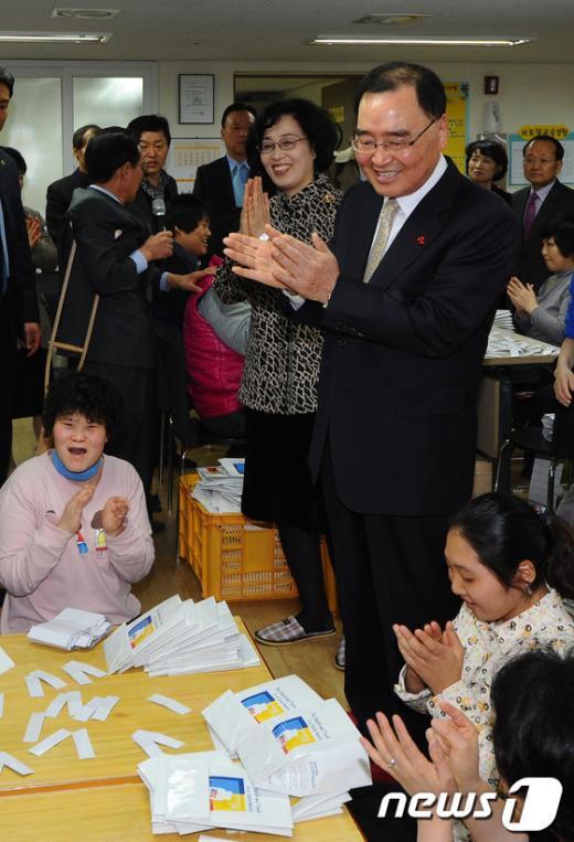 [사진]장애인에게 다가선 정홍원 총리