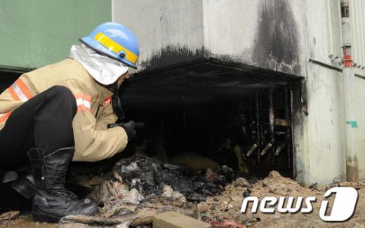 [사진]화재현장 확인하는 소방대원들