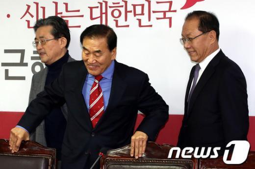 이재오 새누리당 의원(가운데)과 황우여 대표(우), 이한구 원내대표(좌) 2013.1.23/뉴스1  News1   이광호 기자