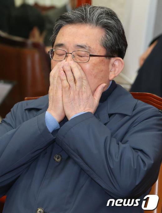 [사진]얼굴 감싸는 이한구 원내대표