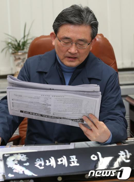 [사진]신문 보는 이한구 원내대표