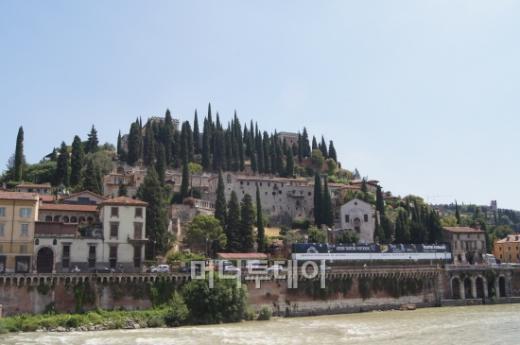 ↑ 아디제 강가에 있는 로마시대 원형극장이 있는 언덕. ⓒ 사진=송원진