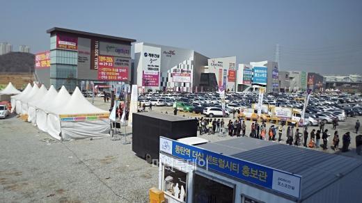 ↑동탄역 더샵 센트럴시티 모델하우스 개관 첫날 7200명의 방문객이 몰렸다.ⓒ김유경기자
