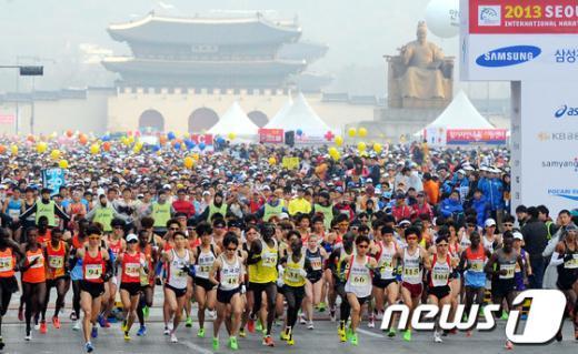 """[사진]2013 서울마라톤 대회 """"힘찬 출발"""""""