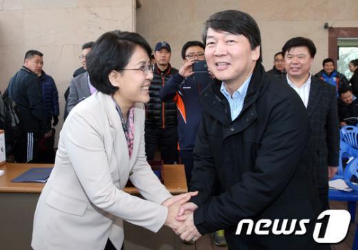 [사진]악수하는 김지선-안철수 예비후보