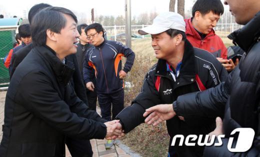 [사진]지역주민 손잡는 안철수 후보