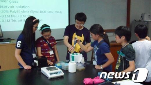 초등학생 영재교육 여름캠프에서 과학실험을 하고 있다.  News1
