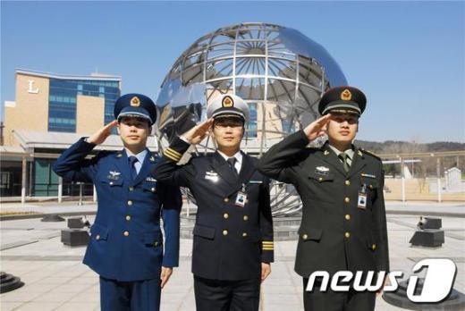 1992년 한중 수교 이후 처음 합동군사대학교 국방어학원 한국어과정에 입교한 공군대위 거여페이, 해군중위 자오엔휘, 육군중위 띵닝(왼쪽부터) 등 중국 장교 3명이 경례를 하고 있다.(김무경 하사 제공)  News1