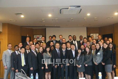 미국 예일대 MBA 학생 방문단 45명이 지난 15일 서울 일진그룹 본사에서 강연을 들은 뒤 사진촬영을 하고 있다.