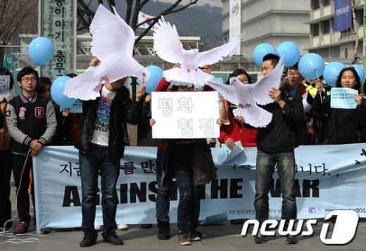 21세기 한국대학생연합(한대련) 회원들이 17일 오후 서울 세종로 KT앞에서 한미연합군사훈련 중단과 북한의 정전협정 회복을 촉구하며 퍼포먼스를 하고 있다. 2013.3.17/뉴스1  News1 박철중 기자