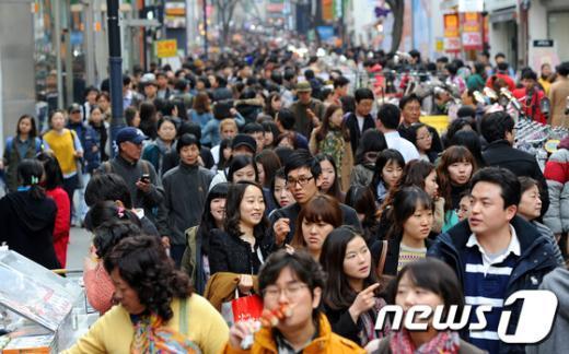 [사진]주말 맞이해 붐비는 명동거리