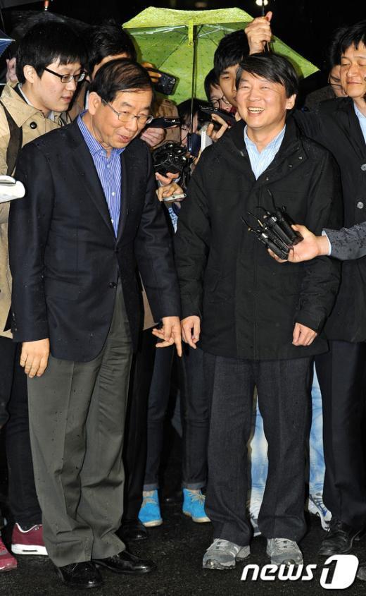 [사진]안철수 후보 운동화 가리키는 박원순 시장