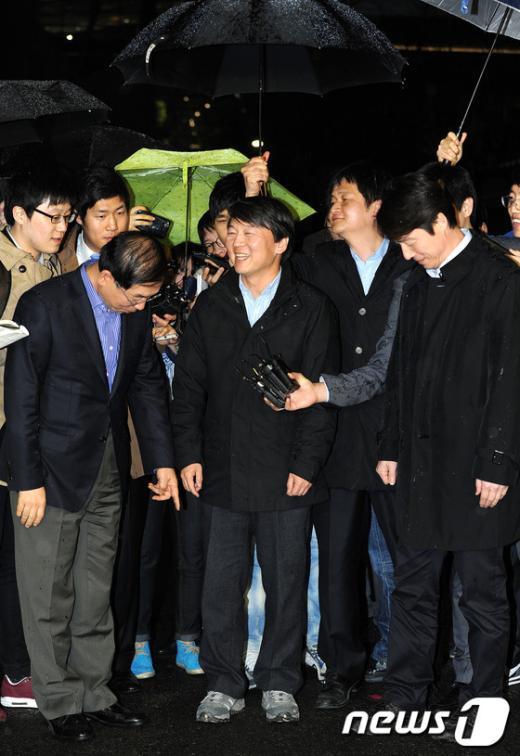 [사진]안철수 예비후보 운동화 가리키는 박원순 시장