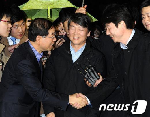 [사진]인사나누는 안철수-박원순-송호창