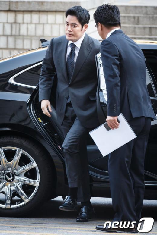 [사진]국감 불출석, 신세계 정용진 부회장 법원 출두