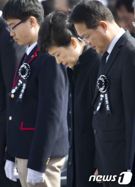 [사진]천안함 용사 추념하는 朴 대통령