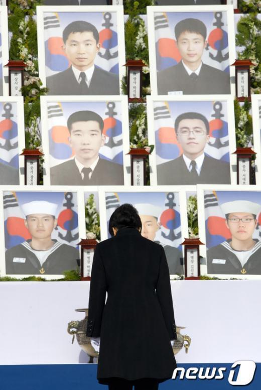 [사진]천안함 용사영정에 고개숙인 朴 대통령