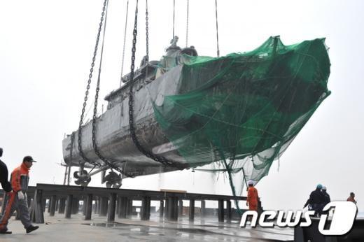 [사진]천안함 피격 3주년-천안함 함미 인양
