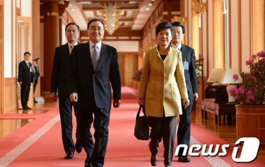 [사진]국무회의 참석하는 박근혜 대통령
