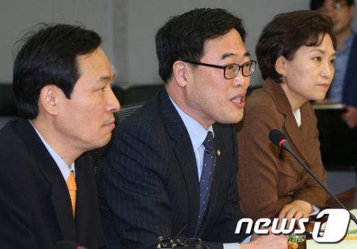 김기식(가운데) 민주통합당 의원. 2013.3.19/뉴스1  News1 송원영 기자