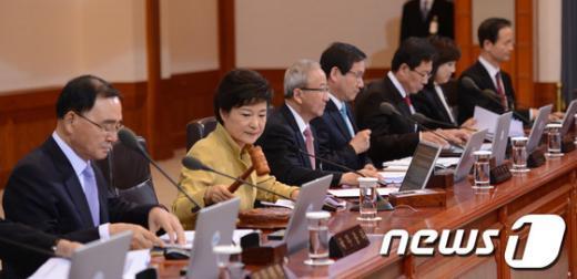 박근혜 대통령이 26일 오후 청와대에서 국무회의를 주재하고 있다. (청와대 제공) 2013.3.26/뉴스1  News1   오대일 기자