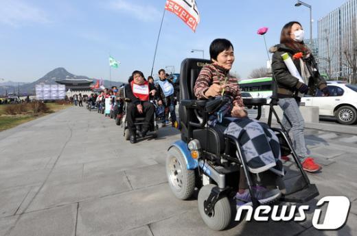 [사진]행진하는 장애인대회 참석자들