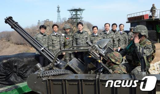 [사진]발칸진지 둘러보는 국회 국방위