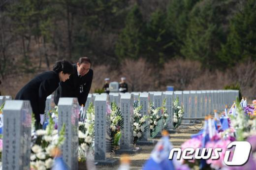 [사진]천안함 용사 묘역 살펴보는 박근혜 대통령