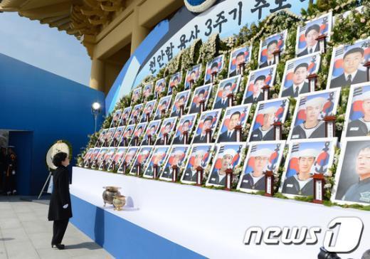 [사진]천안함 용사 바라보는 박근혜 대통령