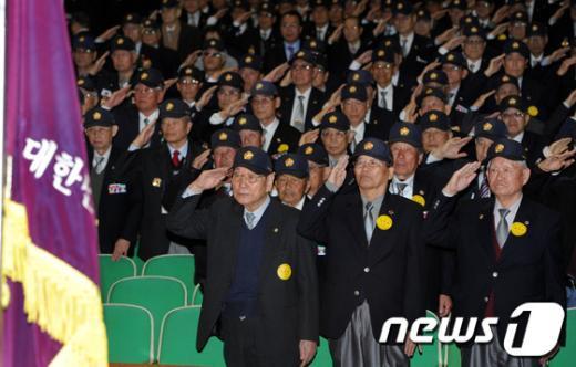 [사진]국민의례하는 6.25 참전유공자회