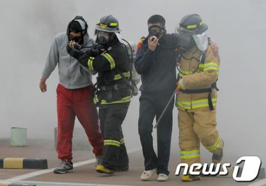 """[사진]""""가스 속 환자 구출"""""""